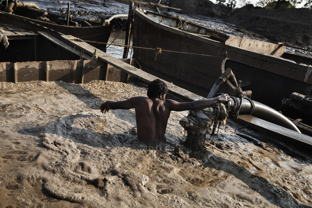 Indian workers dredge sand illegally from the Vaitarna River near Mumbai in Maharashtra, India, 2015.