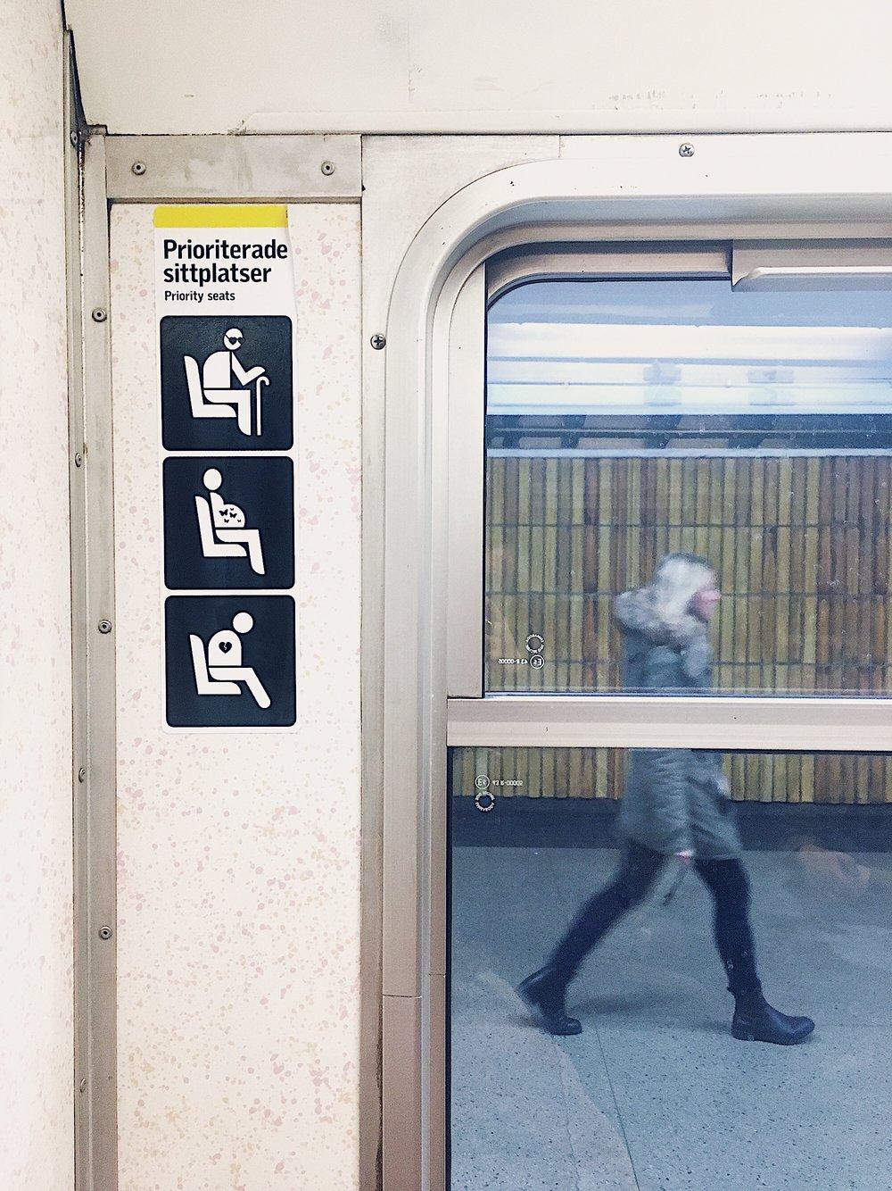 Priority seats, för kärleksblinda, fjärilsfyllda och hjärtekrossade passagerare.  Röda linjen, Stockholms tunnelbana.