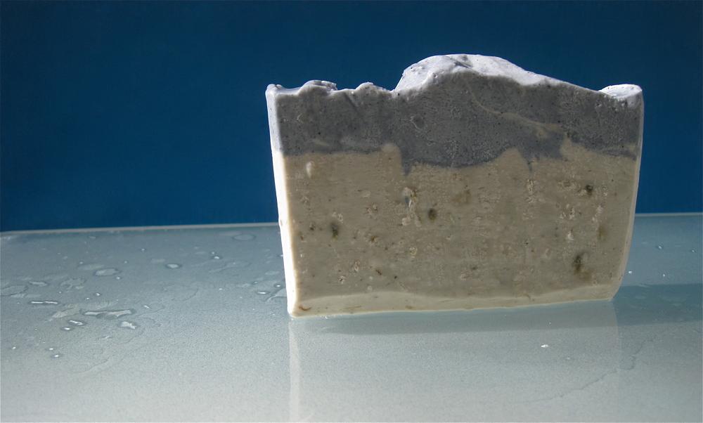 THALASSA-mit-Laminaria-Algen-und-gesaettigter-Sole-handgesiedete-Pflanzenoelseife-in-feiner-Bioqualitaet-Rosenrot.JPG