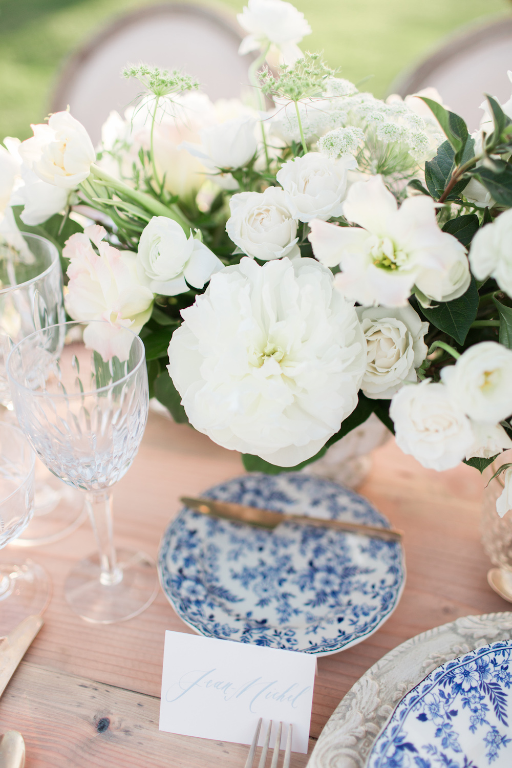 White centerpiece with blue chinoiserie place settings| Rancho Valencia Weddings | Rancho Santa Fe | Compass Floral | Wedding Florist in San Diego and Southern California | Cavin Elizabeth Photography