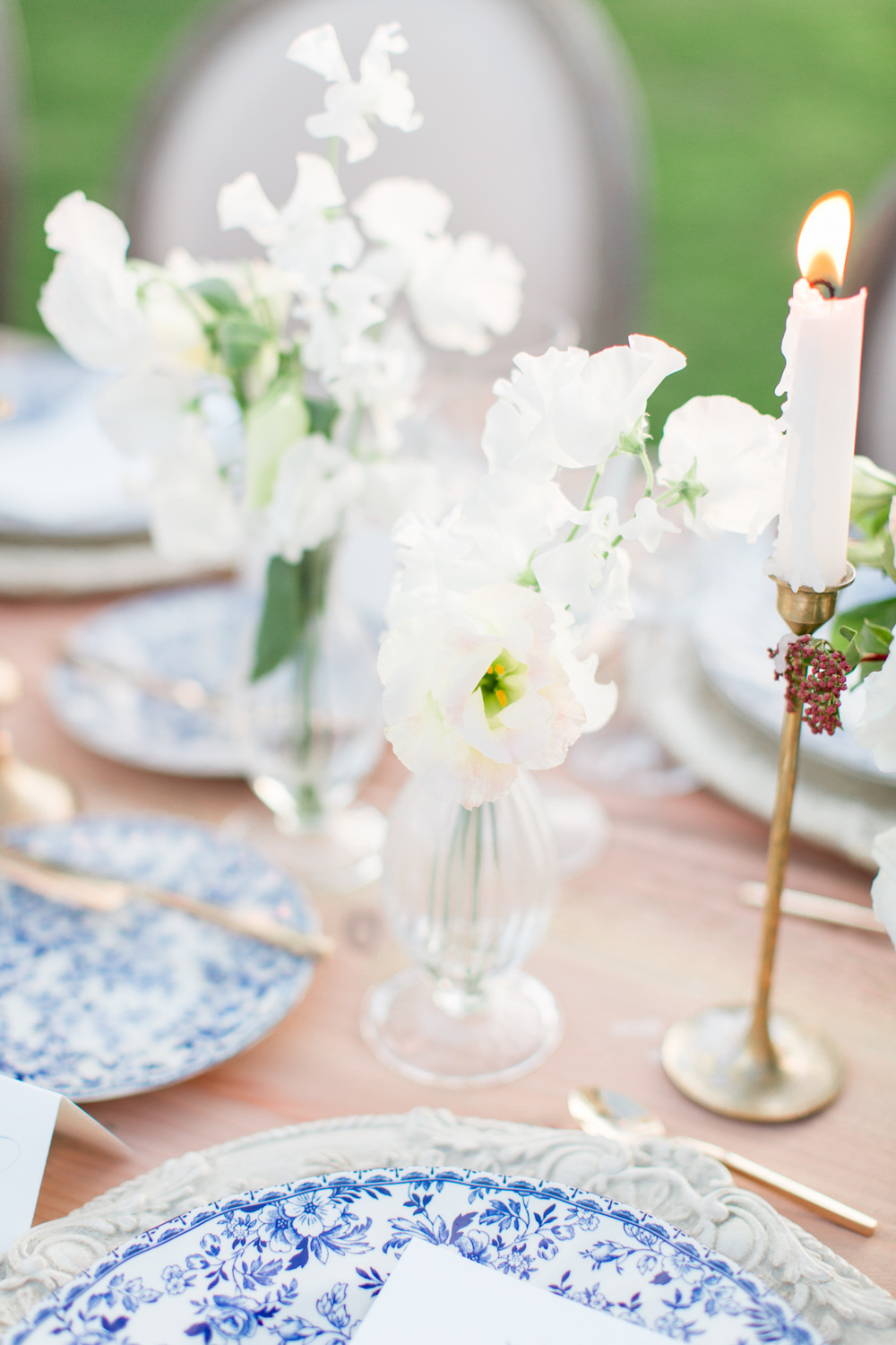 White sweet pea and blue chinoiserie place settings by Compass Floral | Rancho Valencia, Rancho Santa Fe.