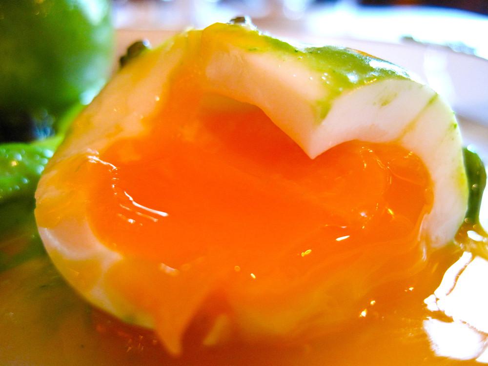 lAmbroisie-Chaud-froid-doeufs-mollets-au-cresson-asperges-vertes-et-caviar-osciètre-gold-interior.jpg