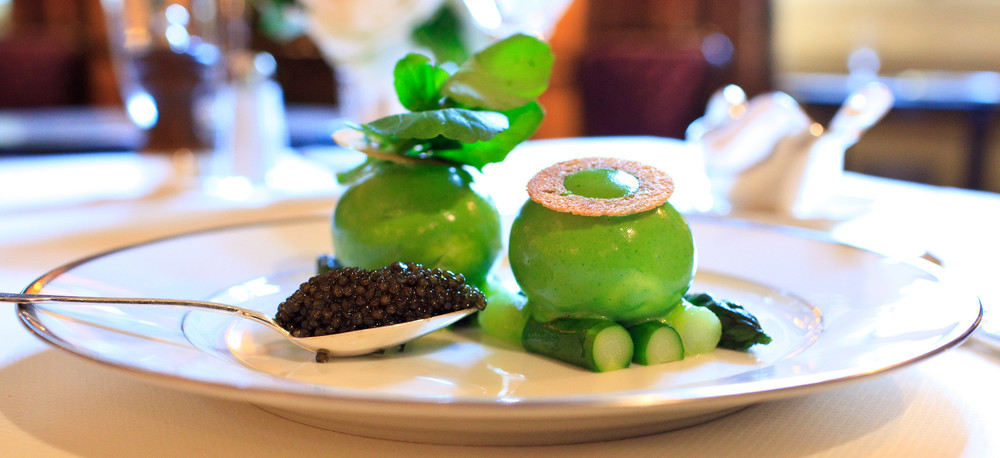 lAmbroisie-Chaud-froid-doeufs-mollets-au-cresson-asperges-vertes-et-caviar-osciètre-gold-full-shot.jpg