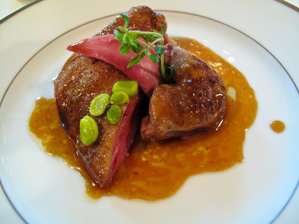 Pigeonneau de Bresse, laque au caramel d'oignons, petits pois a la francaise