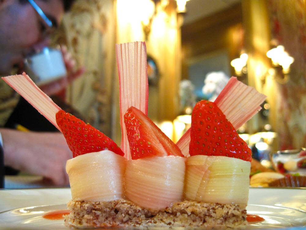 lAmbroisie-Turban-de-rhubarbe-au-fromage-blanc-coulis-de-fraises.jpg.jpg