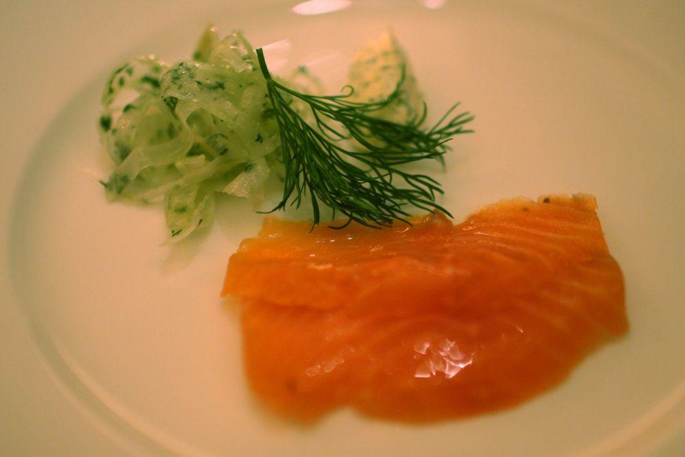 Salmón rosado del Pacífico marinado con hinojo, crema fresca de eneldo y lima