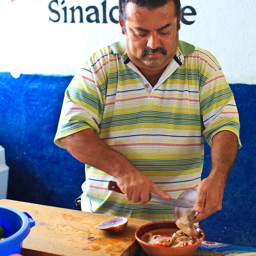 Mariscos el Sinaloense, San Jose del Cabo - Chef preparing almejas chocolatas