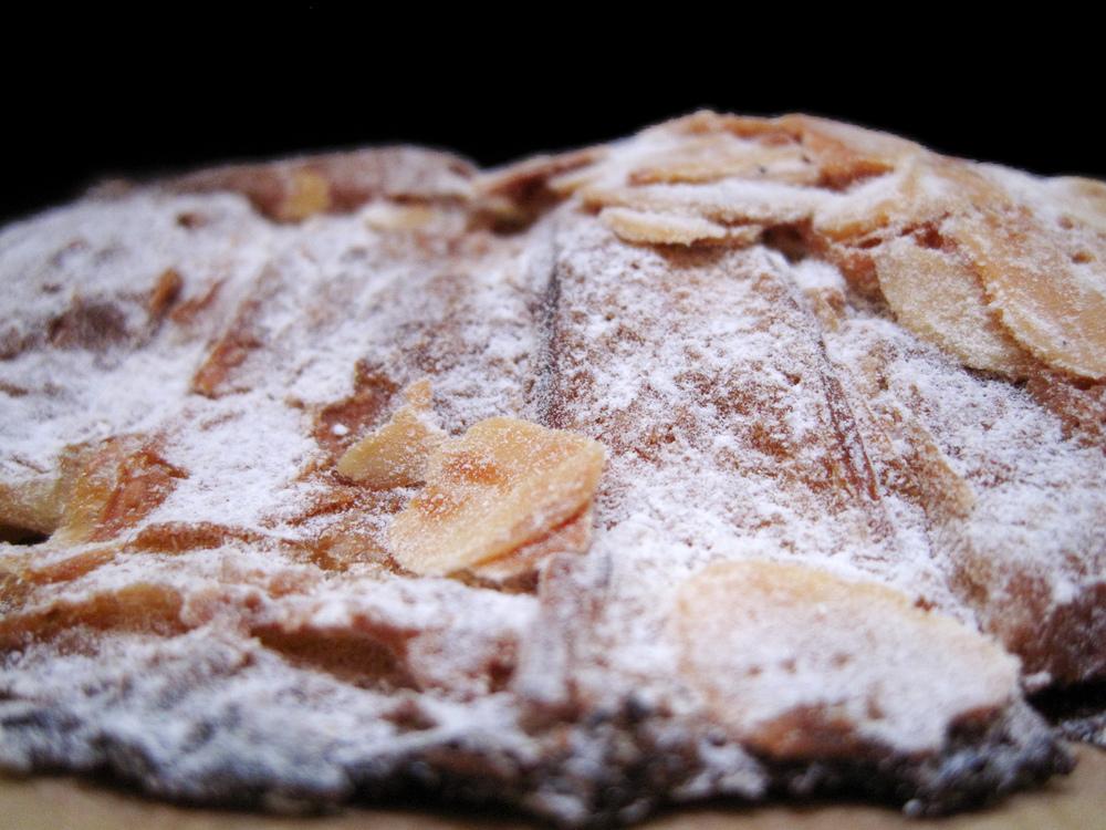 Boulangerie Julien - Croissant aux Amandes Side
