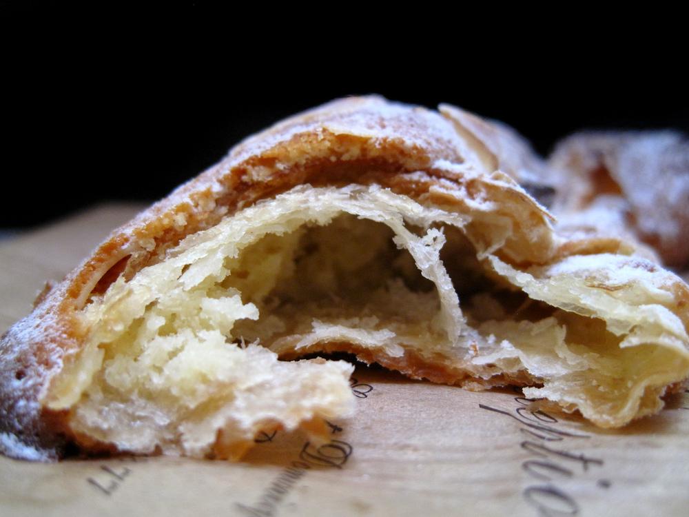 Boulangerie Julien - Croissant aux Amandes Interior
