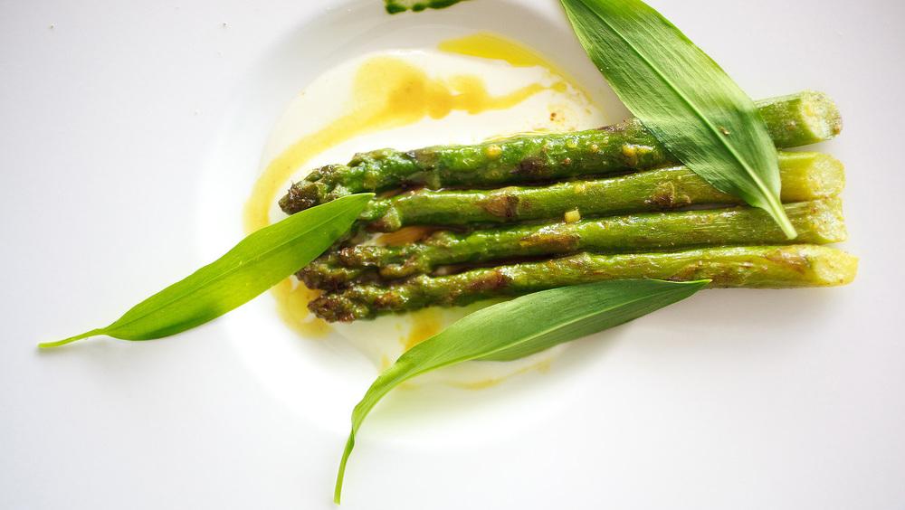 Michel Bras - les asperges vertes poêlées dans une ceurre au curry; coriandre, ail des ours et du lassi épicé