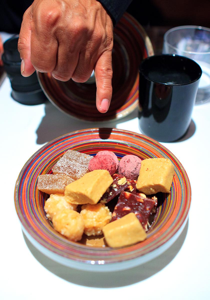 Petits fours: chocolate de caramelo con cacahuate, cocada, mazapán, trufa de chocolate oaxaqueño con jamaica, gomita de tamarindo