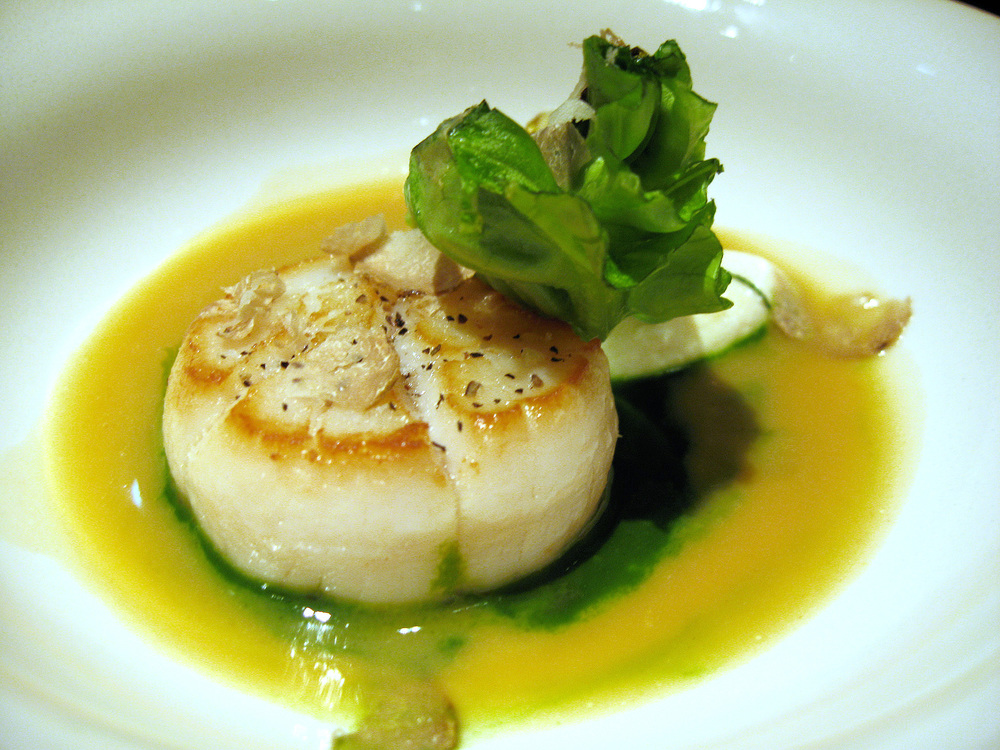 Beige, Tokyo - Sea scallops, quickly seared, lettuce cream flavoured with hazelnut butter, shaved white truffle