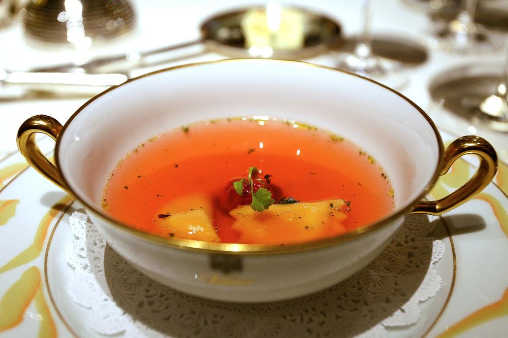 L'Osier, Tokyo - Consommé rose, pistou de coriandre et tomate confit