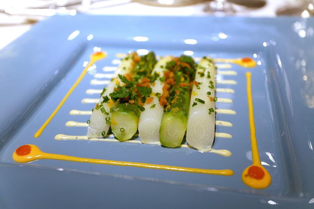 L'Osier, Tokyo - Asperges blanche et verte, sauce trufée, sabayon maltaise