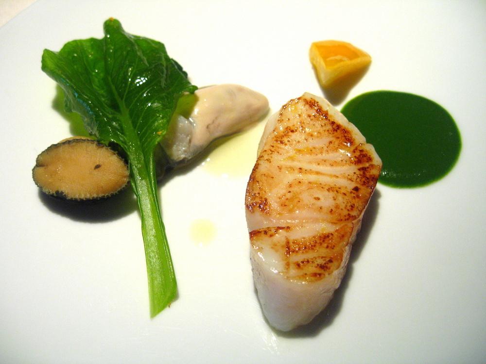 Sériole sautée, coquillages cuisinées légèrement, purée des légumes verts, confit d'agrumes