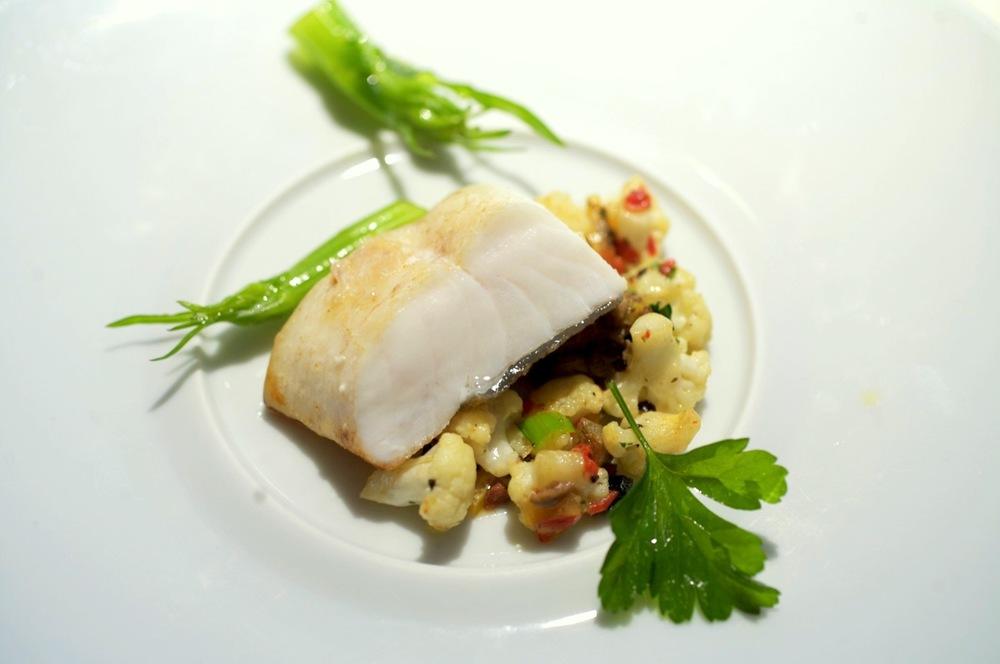 Saint-Pierre cuisiné lentement, chou-fleur, piment doux, câpres, puntarelles