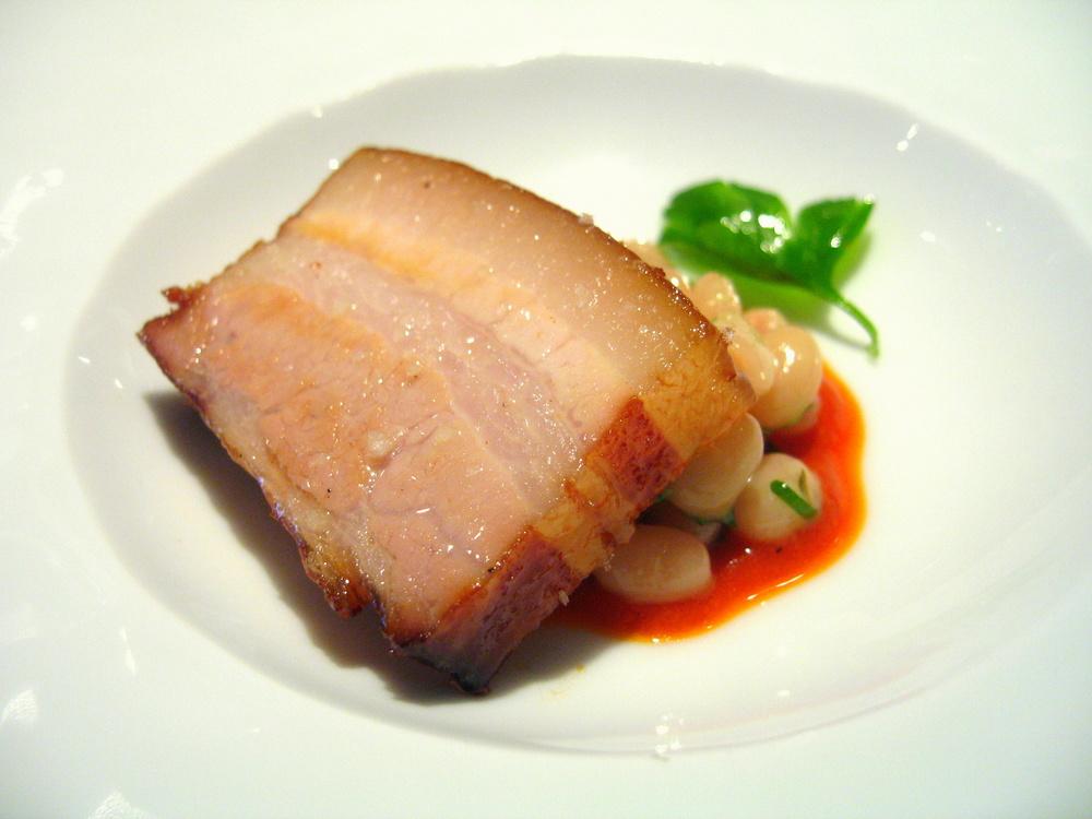 Poitrine de porc, haricots blancs, émulsion de chorizo