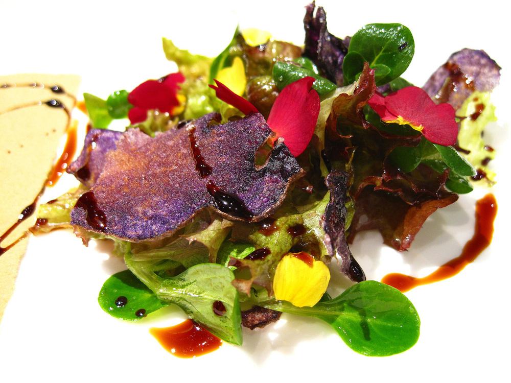 Combal.Zero - Crocchette di baccalà mantecato, chips di patata violetta, tisana al Pastis, insalata