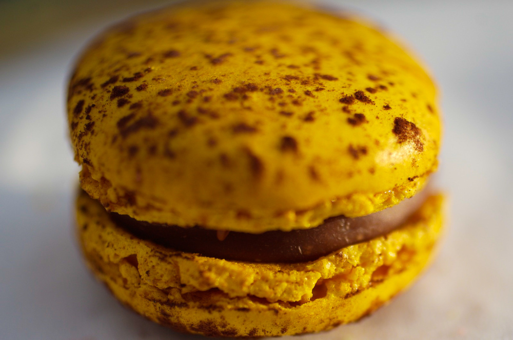 Mogador Fruit de la Passion & Chocolat au Lait - biscuit macaron, ganache au fruit de la passion et chocolat au lait