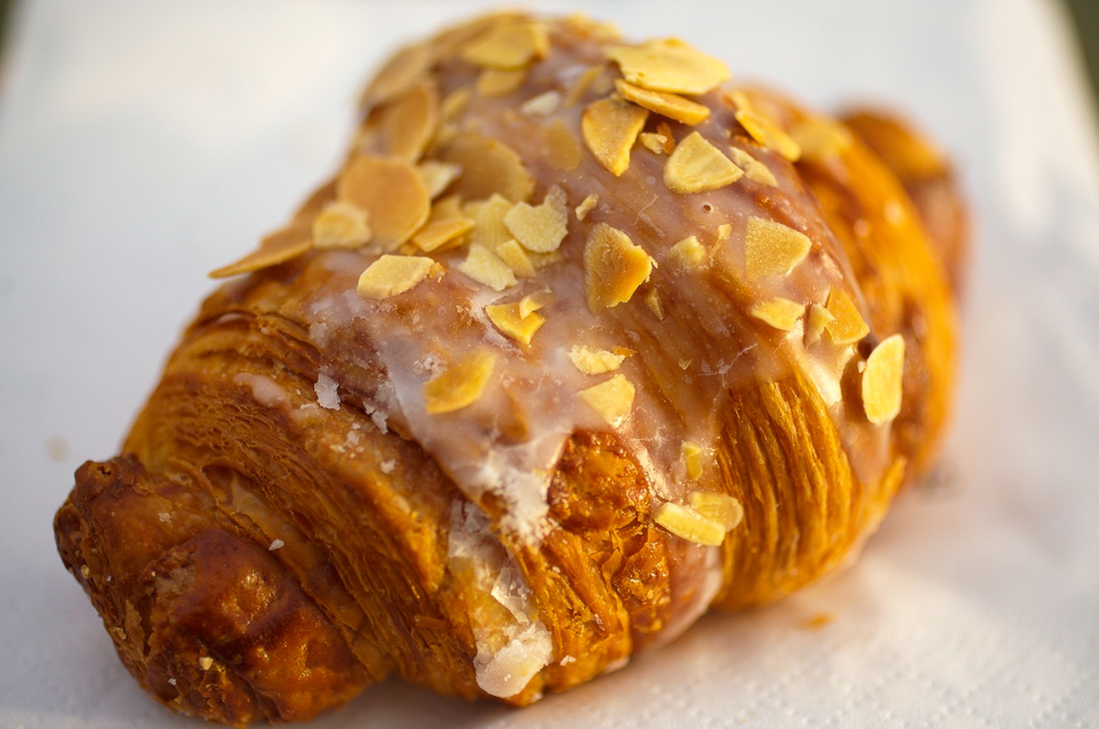 Croissant aux Amandes - pâte levée feuilletée, pâte d'amande fondante aux noix et aux noisettes