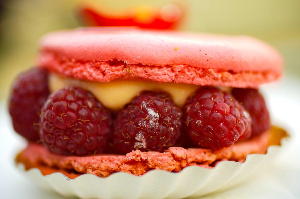Ispahan - biscuit macaron à la rose, crème aux pétales de rose, framboises entières, letchis