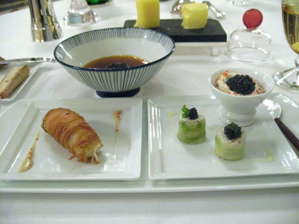 Langoustines: croustillantes, sushi, bouillon, caviar golden d'Iran