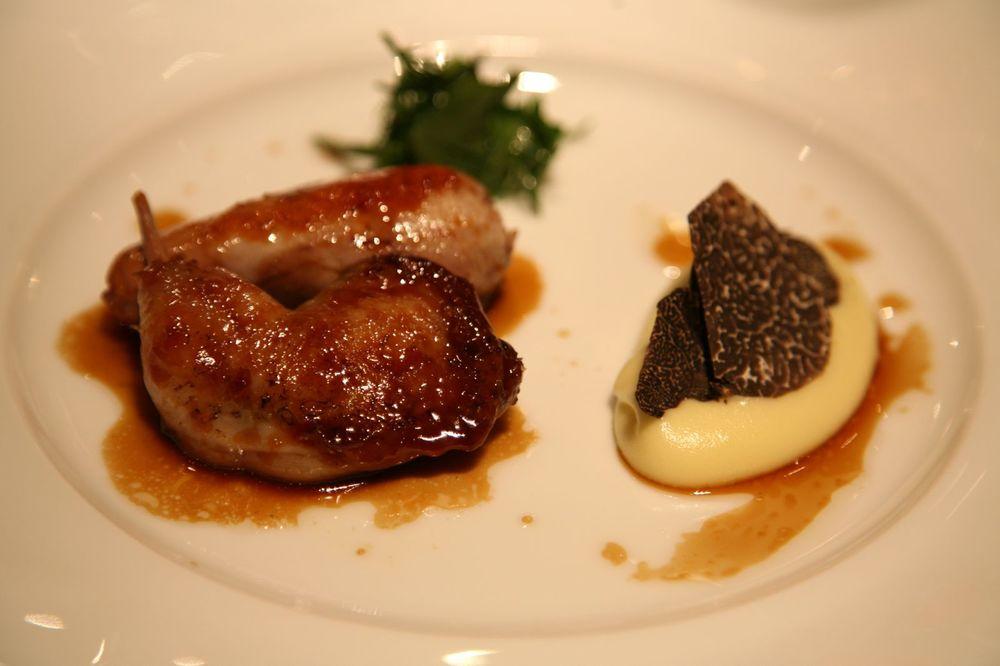 La Caille au foie gras caramélisée avec une pomme purée truffée