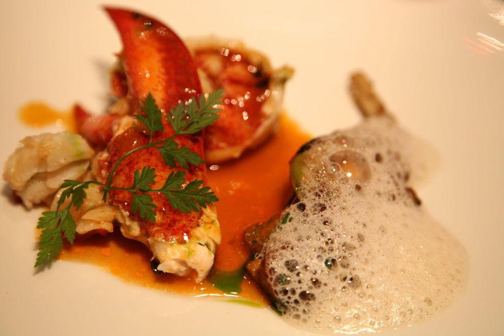 Le Homard rôti puis accompagné d'une fricassée de champignons au vin jaune d'Arbois