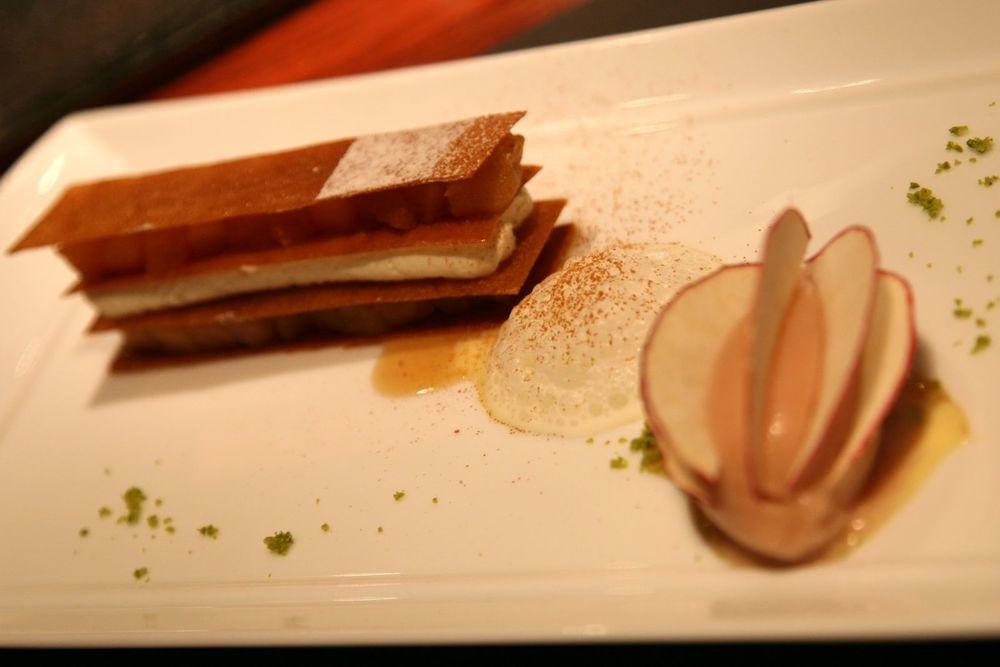 La Pomme en feuillantine croustillante avec une glace d'une pomme au four