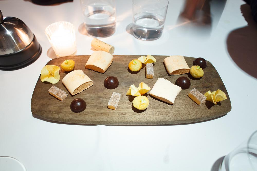 Petits fours: Bonbon de chocolate, gomito de tamarindo, lamina d