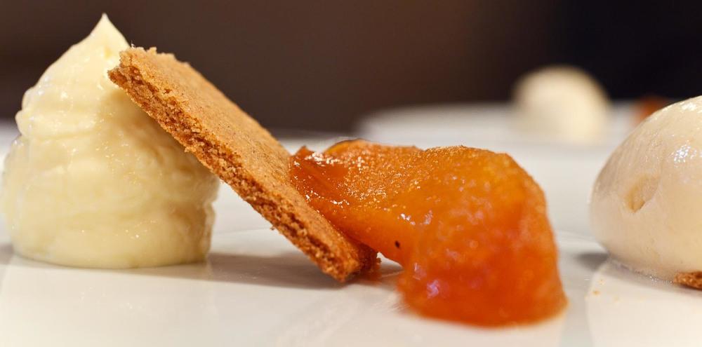 L'Agapé - Poire William pochée au sirop - Sablé à la farine de sarrasin, crème de yuzu, sorbet à la poire William