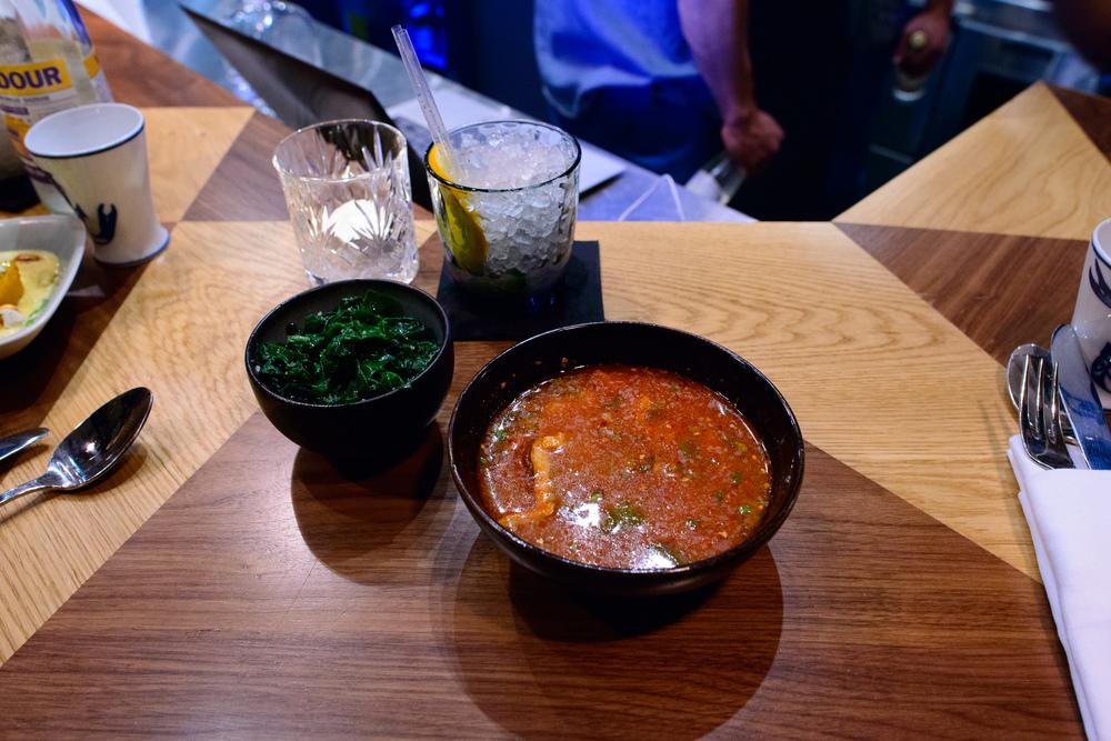 Soupe de crabe servie glacée, sauce satay et citronelle; épina