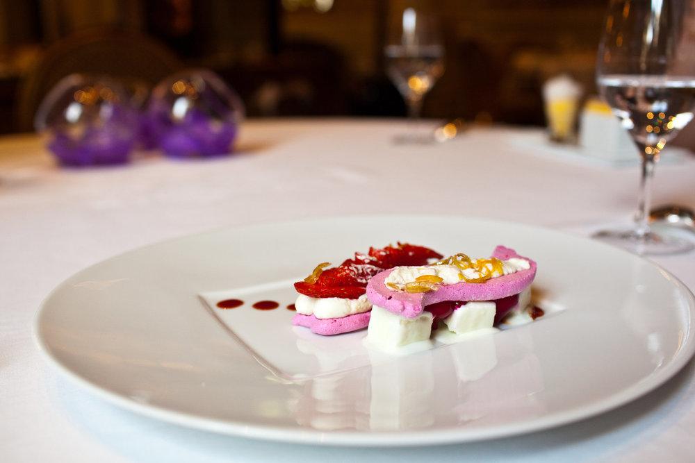 Le Cinq - Betterave et fraises gariguette en compression de meringue, yaourt glacé, citron confit et poivre sauvage