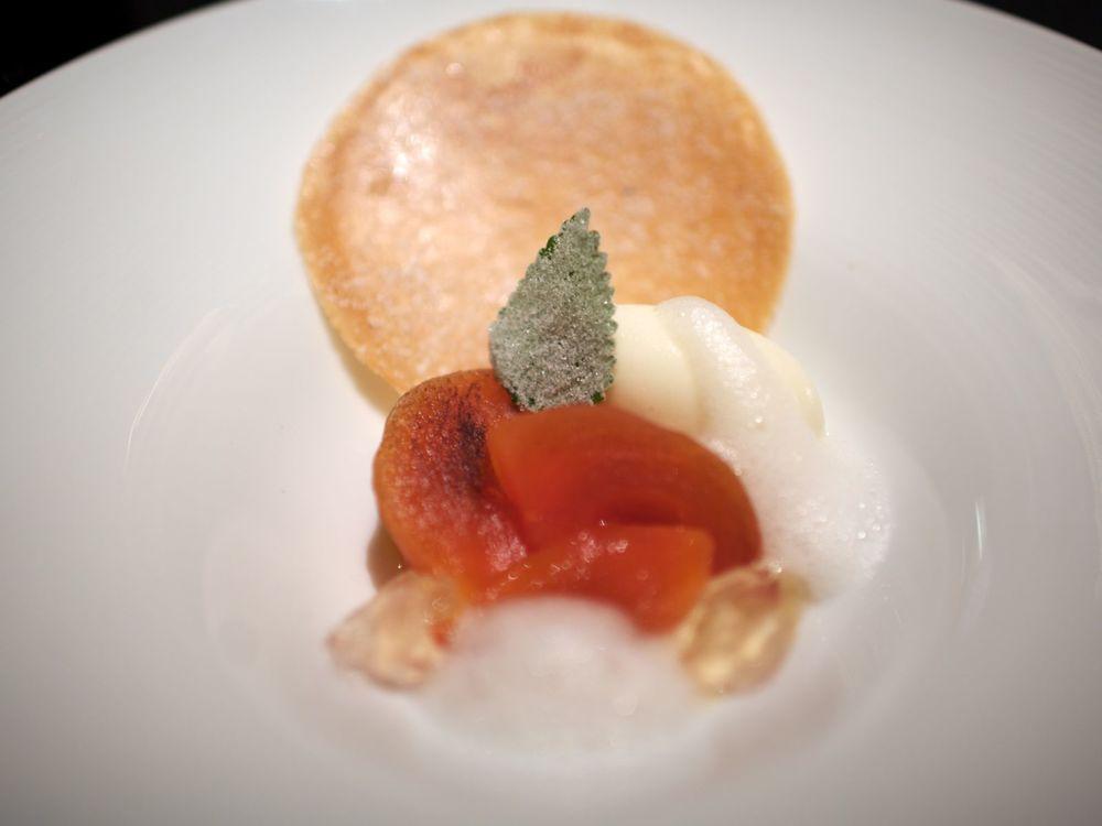 Le Kaki frais avec une glace et une gelée au citron feuille de melisse cristallisée
