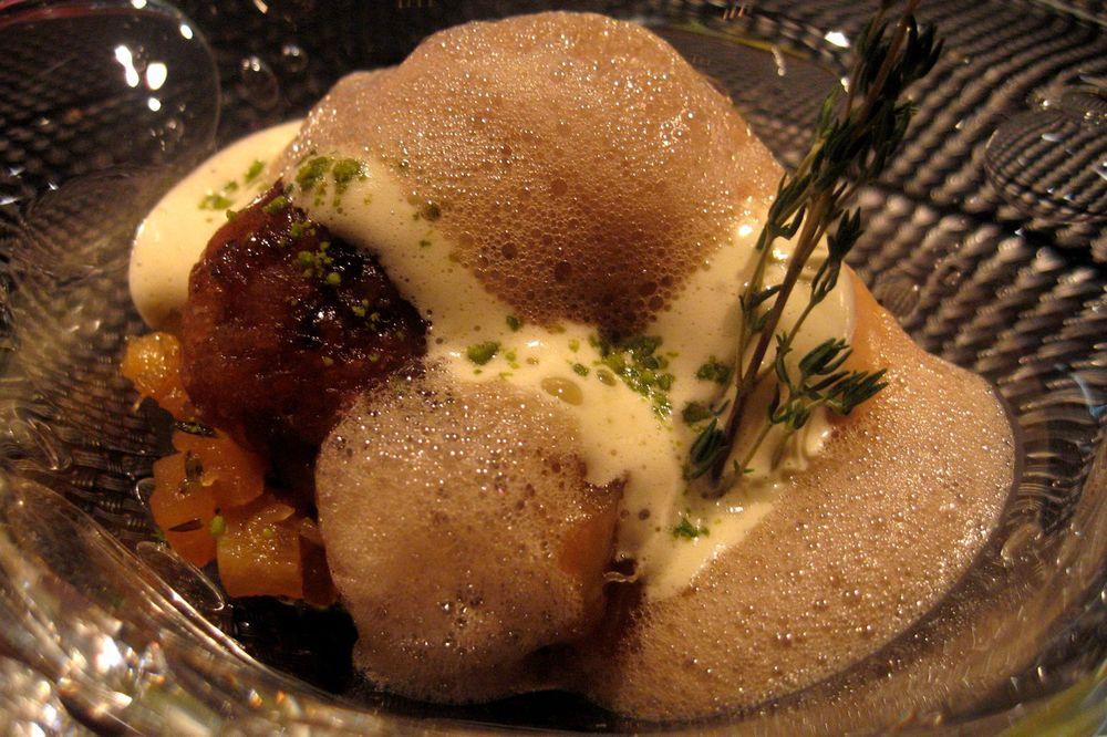 Le Baba imbibé de rhum ambré avec une crème glacée au caramel et sabayon