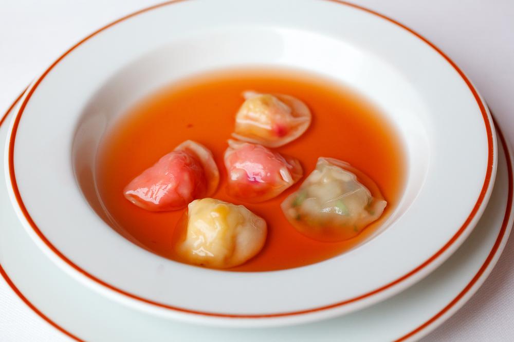 """Fines ravioles potagères """"belle saison,"""" consommé végétal"""