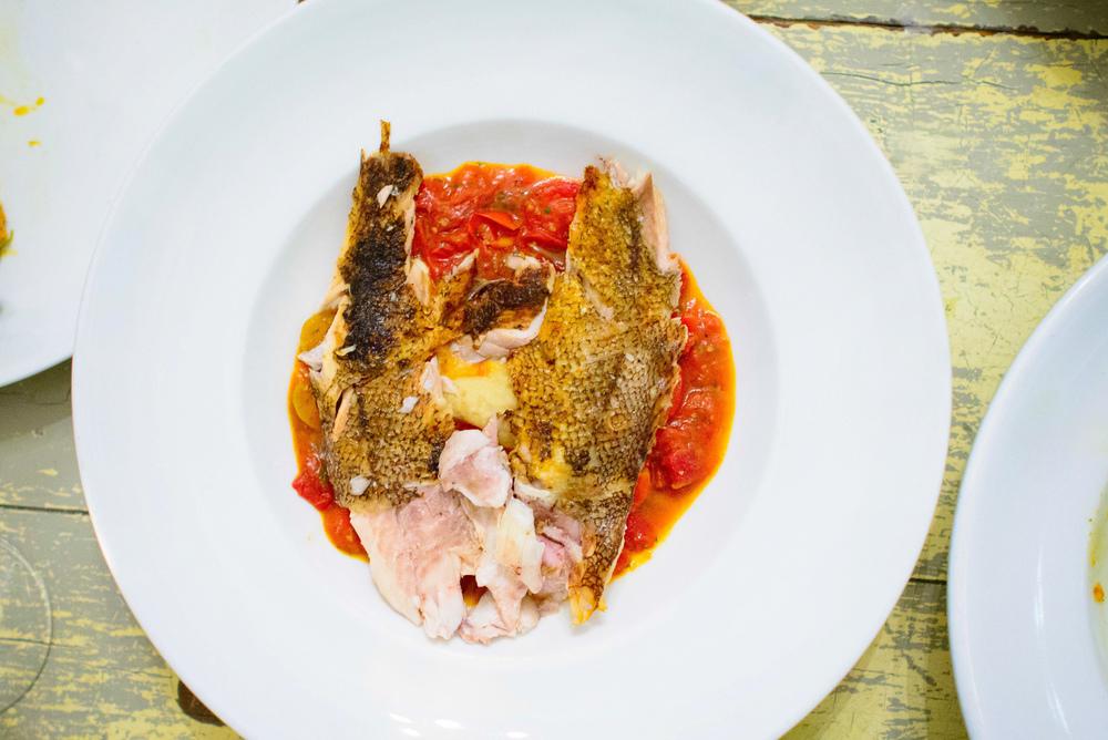 Lópon (pescado de roca de Ensenada) con puré de alcachofa, tom