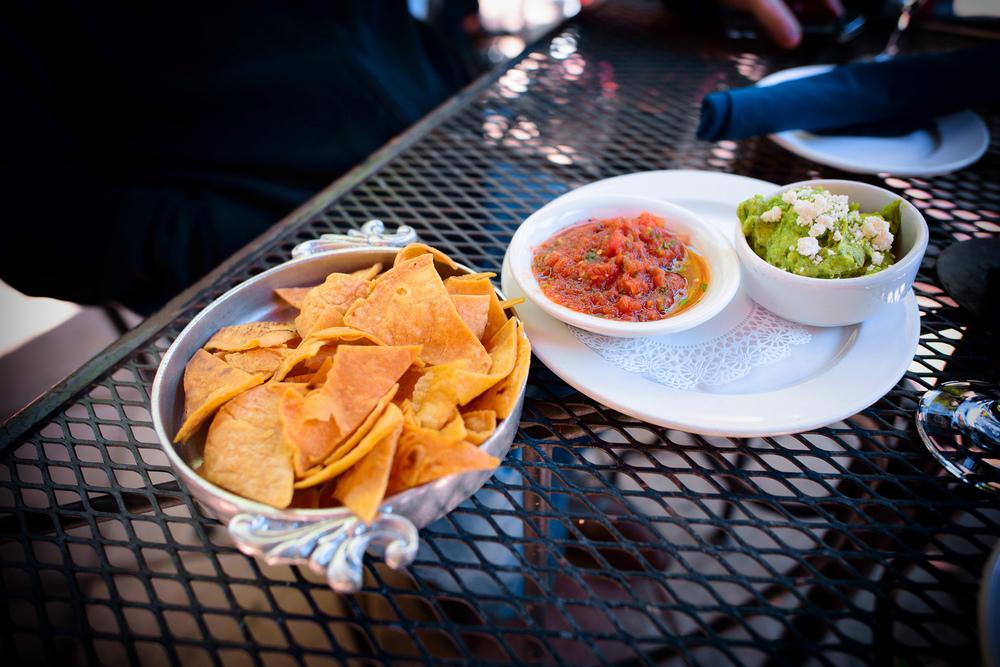 Totopos, guacamole, y salsa
