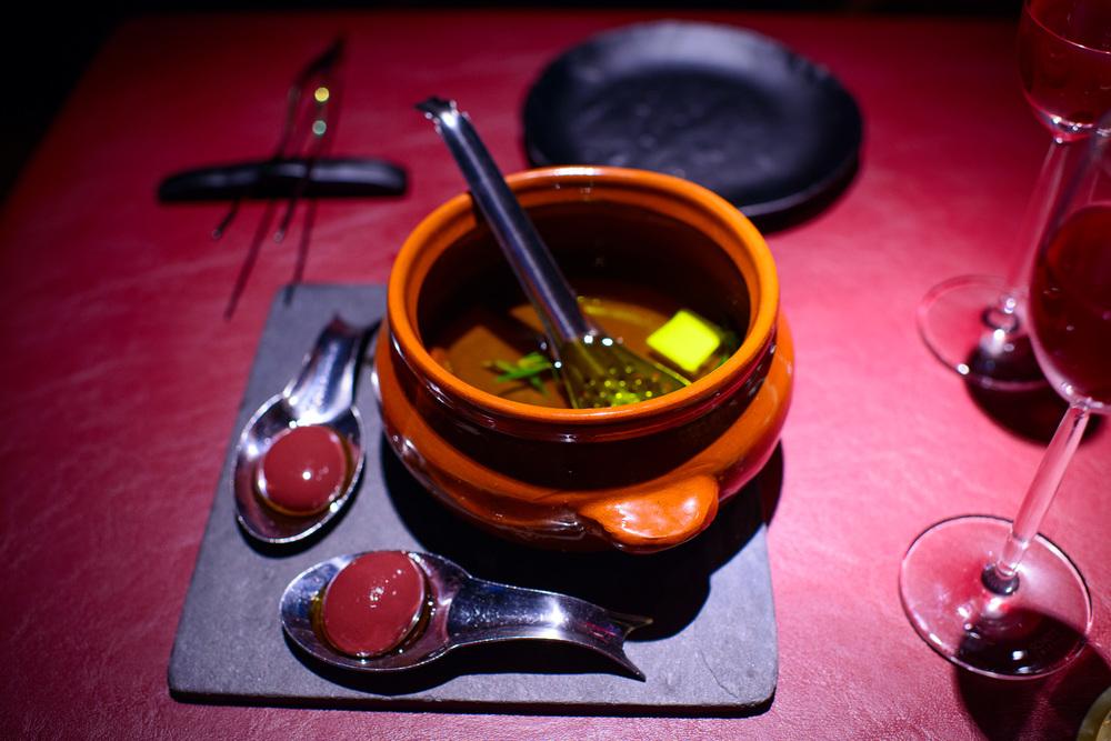 Vino de Granada y naranja, olivas kalmata, la feta y el tomate