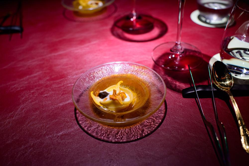 Ravioli de rossinyols con crema de piñones y trufa negra