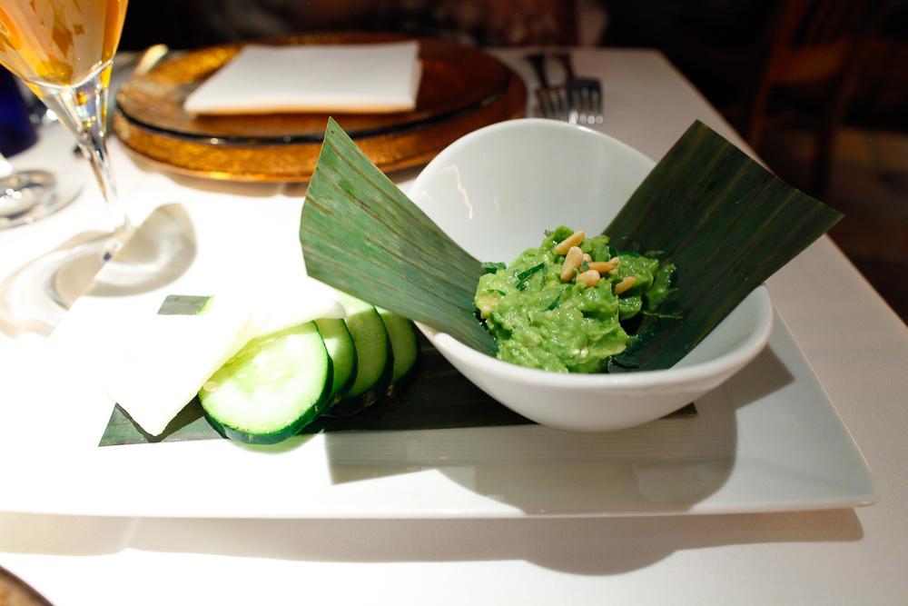 Amuse bouche_ Totopos de jicama y pepino con guacamole.jpg