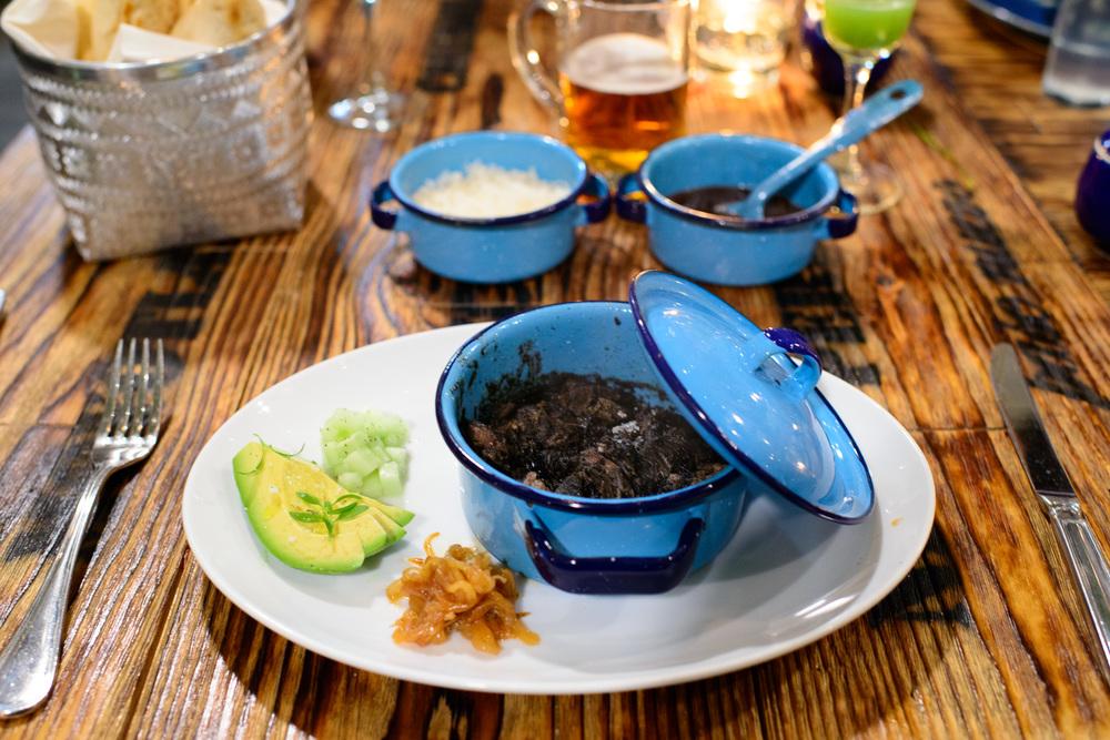 Cazuela de short rib en recado negro con tortillas ($150 MXP)