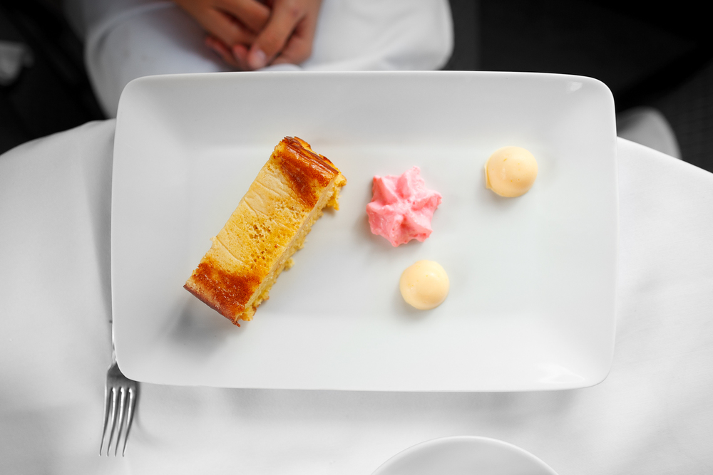 Pastel de elote, con espuma de fruta de temporada y gelatina suave de cáscara de naranja (corn cake with seasonal fruit foam and orange zest geletin) (77 MXP)