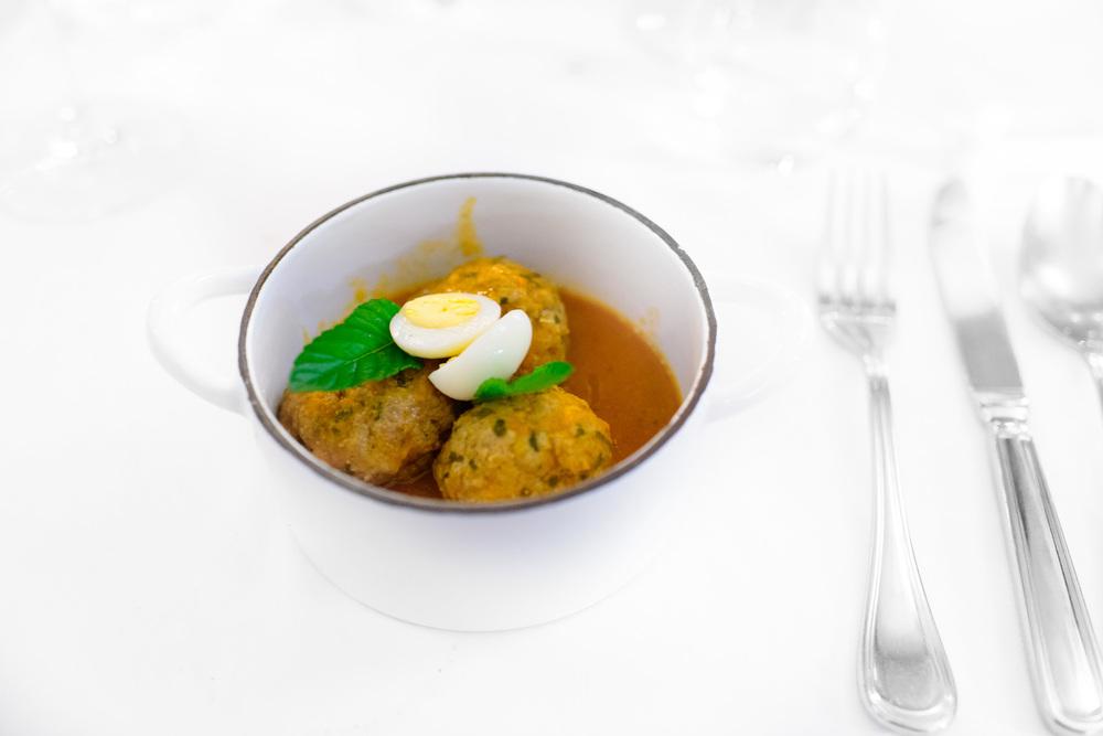 Albóndigas de res y huevo de codorniz en caldillo de chipotle (