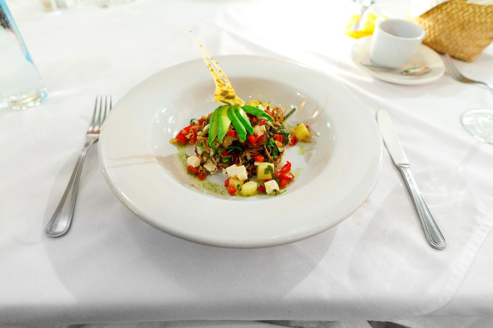 El salpicón de res - la tradicional ensalada mexicana hecha a base de carne de res (Beef salad, potato tomato, cilantro, avocado)