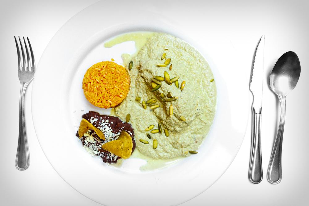 El pipián verde con pollo - elaborado con pepitas de calabaza, tomates, chiles verdes, y especies de la región (Green Pueblan pumpkin sauce with pumpkin seeds