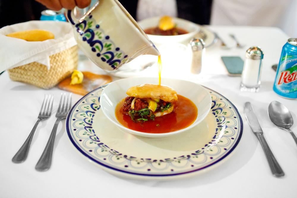 Chanclas - Tradicional antojito poblano de pambazo con carne, longaniza, aguacate, lechuga y cebolla, bañado en caldillo de chile ancho y guajillo