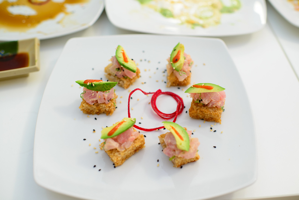 Sushi cakes - Deep-fried rice, tuna, avocado, chile sauce
