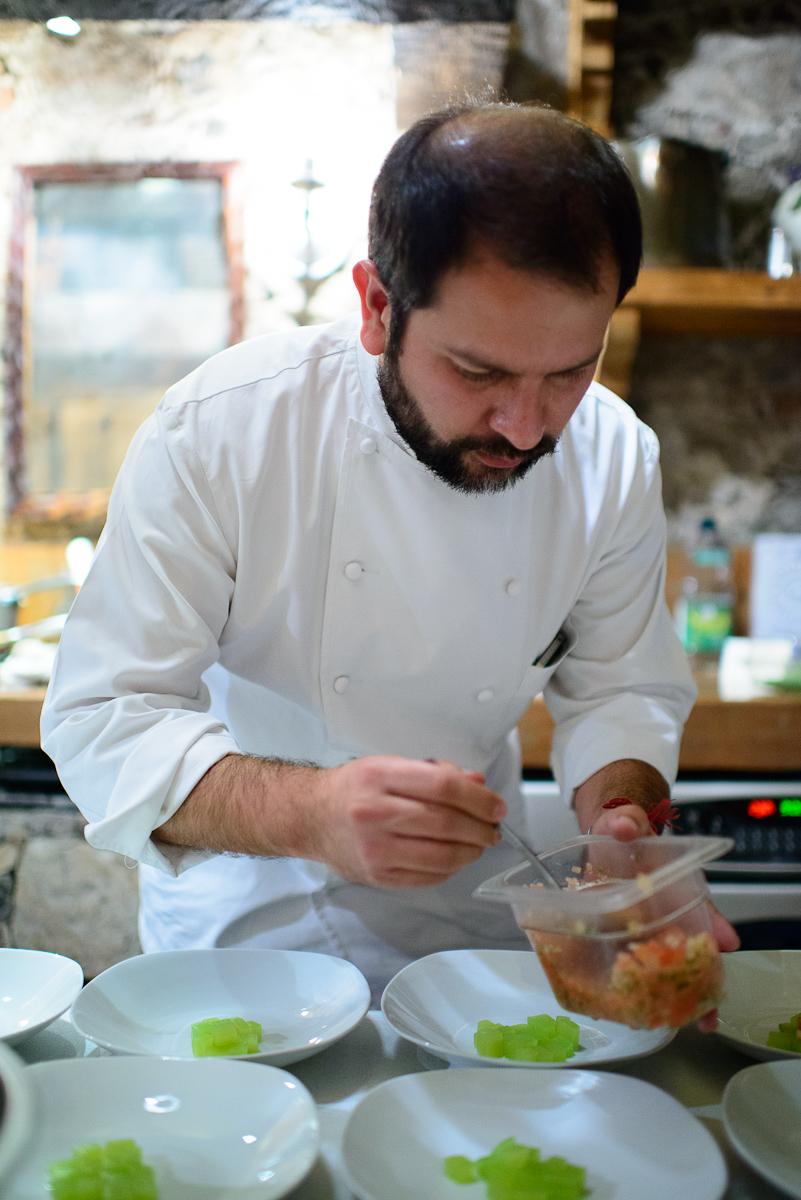 Plating the ensalada de xoconostle y corazón de maguey