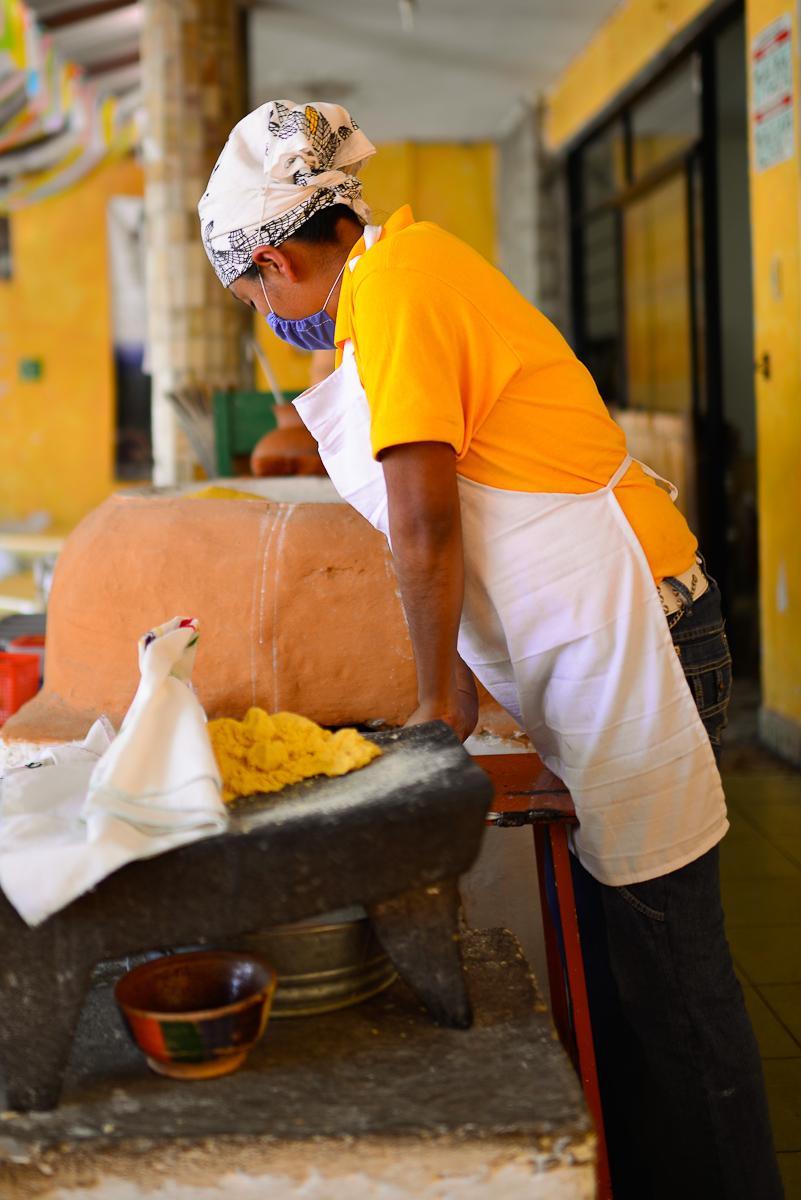 Haciendo una tortilla de maíz